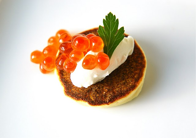 Warm yukon gold blinis with cr me fra che and salmon for Canape de caviar